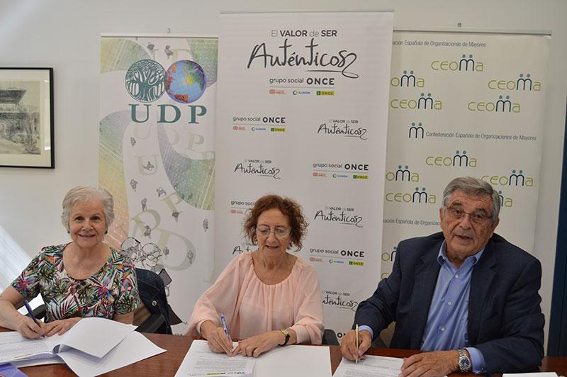 En la fotografía la Presidenta de UDP, la Referente del Mayor en el Consejo General de la ONCE y el Presidente de CEOMA , firman el convenio de colaboración para crear la Plataforma Estatal de Organizaciones de las Personas Mayores y Pensionistas.