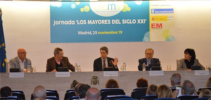 En la fotografía sentados en la mesa de izquierda a derecha, Vicente Pérez, Esteban Pérez, Jesús Norberto Fernández, Eduardo R. Rovira, Marina Troncoso